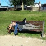 מחלימה על הספסל בשמש בפריז